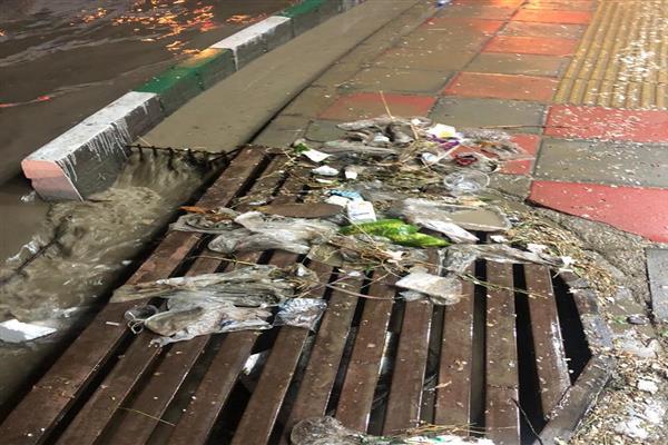با ریختن زباله در جوی ها باعث آبگرفتگی معابر نشویم